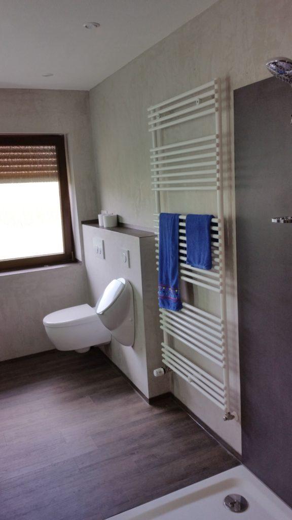 Imponierendes Bad mit bodengleicher Dusche, Antikputz ...