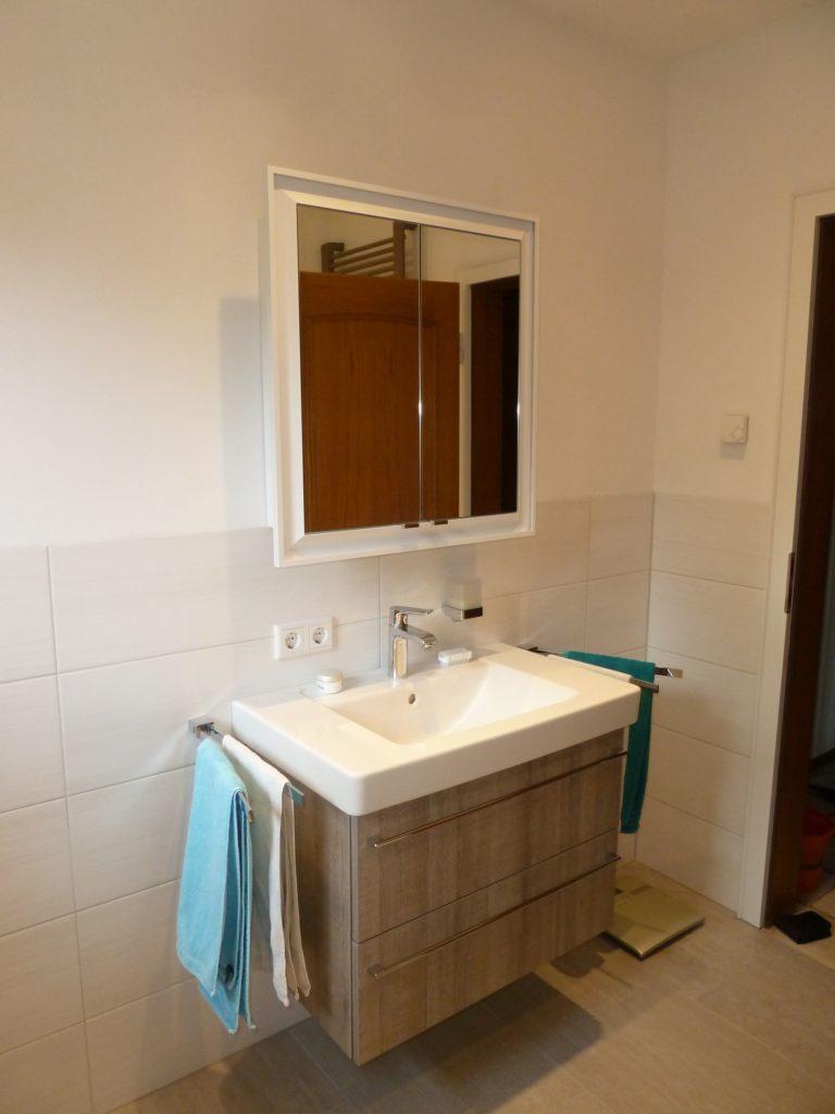 Beeindruckendes Bad mit bodengleicher Dusche und passendem ...