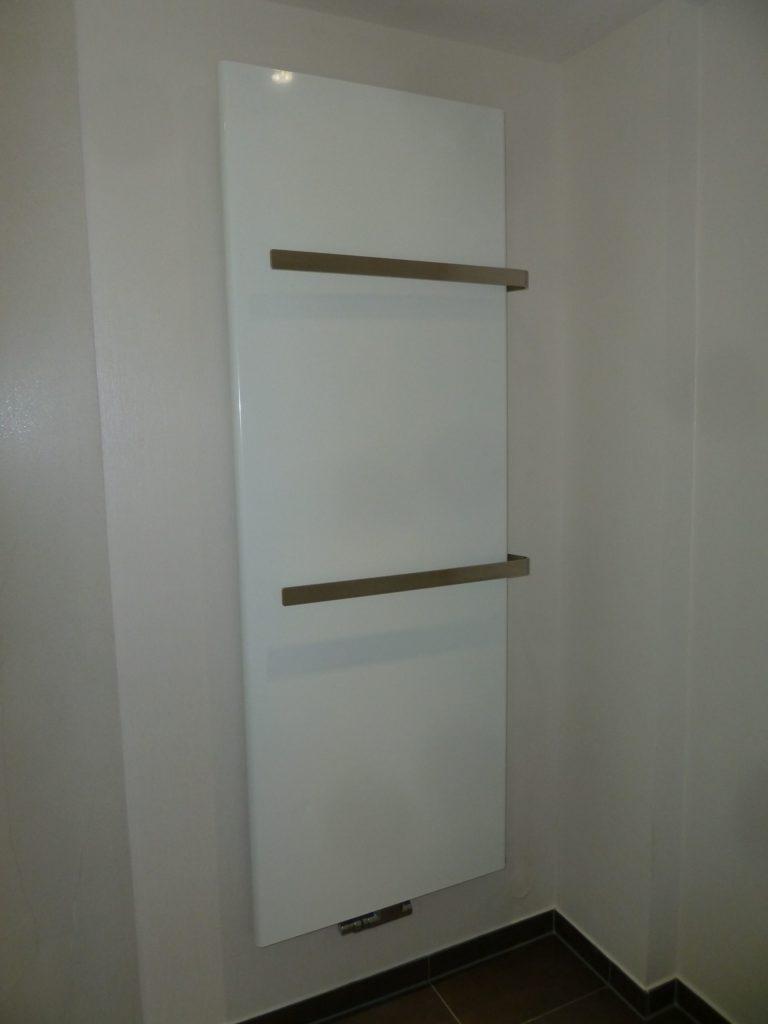 Moderne Komplettbadsanierung mit elektrischem Duschpaneel in