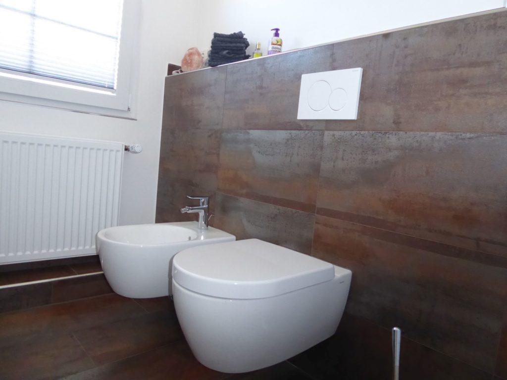 Schönes Bad mit Regendusche, Effektfliesen in Metalloptik und ...