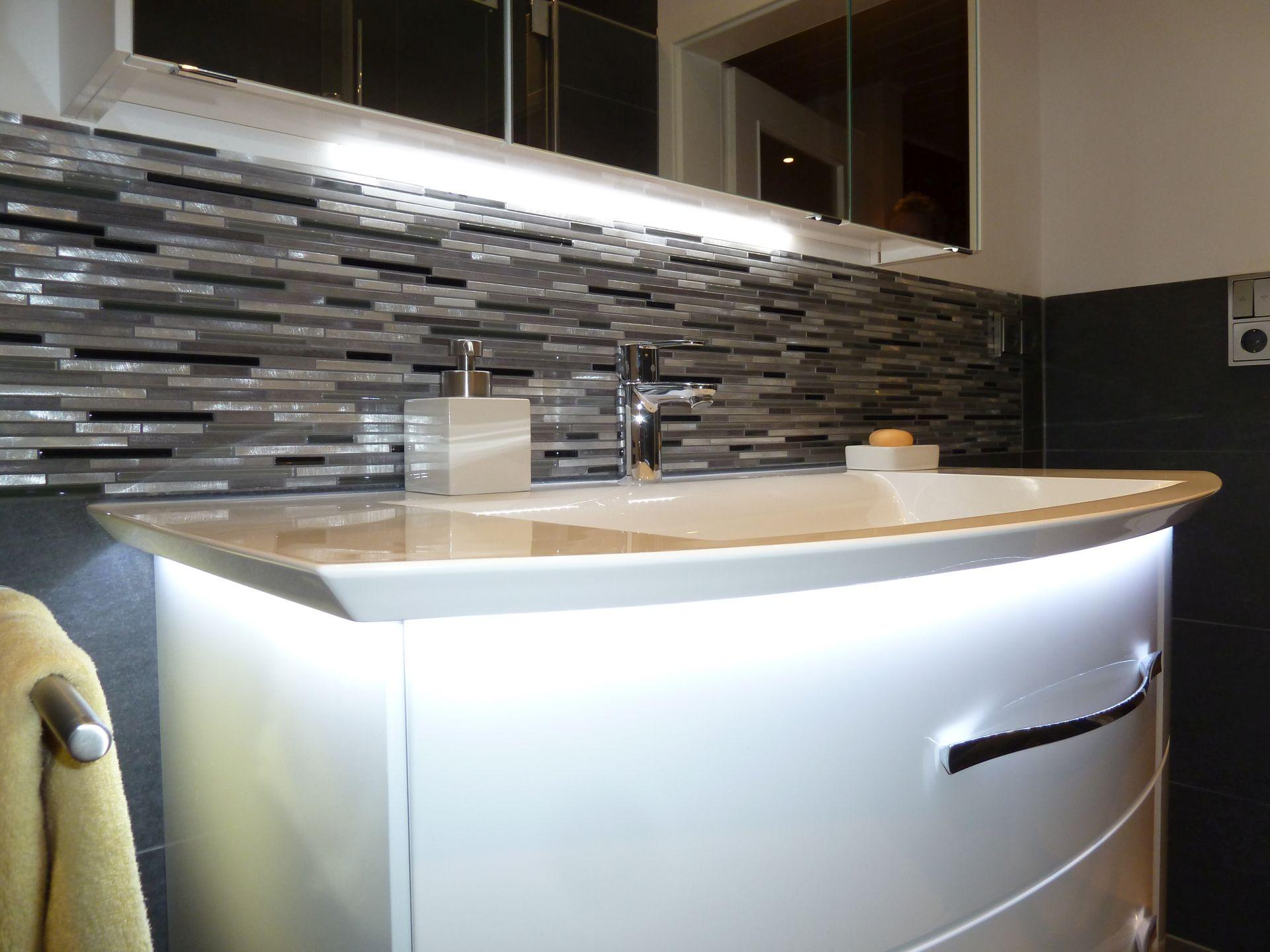 eleganz und moderne in einem bad mit beleuchteten badm beln will bad heizung fulda. Black Bedroom Furniture Sets. Home Design Ideas