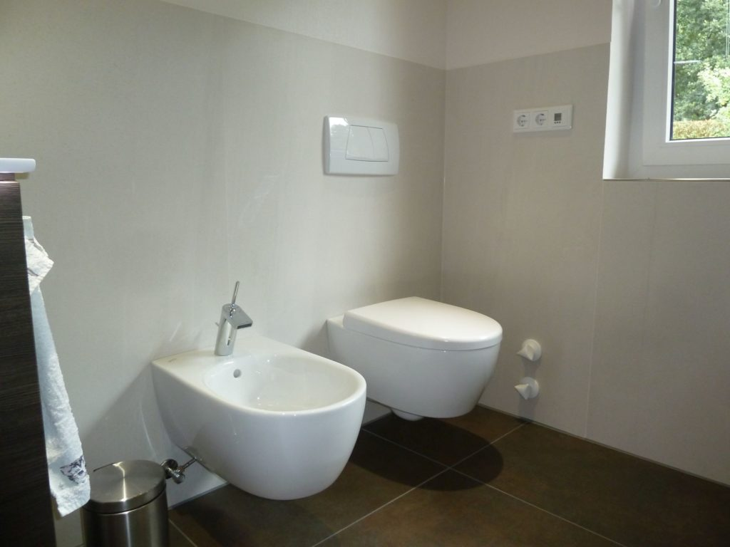 Moderne Komplettbadsanierung Mit Elektrischem Duschpaneel In Flieden