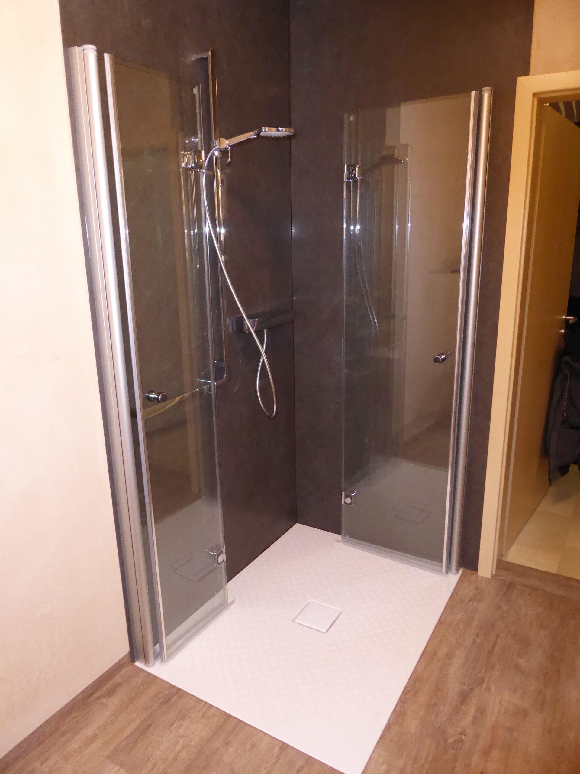 badsanierung mit nach innen und au enklappbarer duschkabine und maximaler bewegeungsfreiheit in. Black Bedroom Furniture Sets. Home Design Ideas