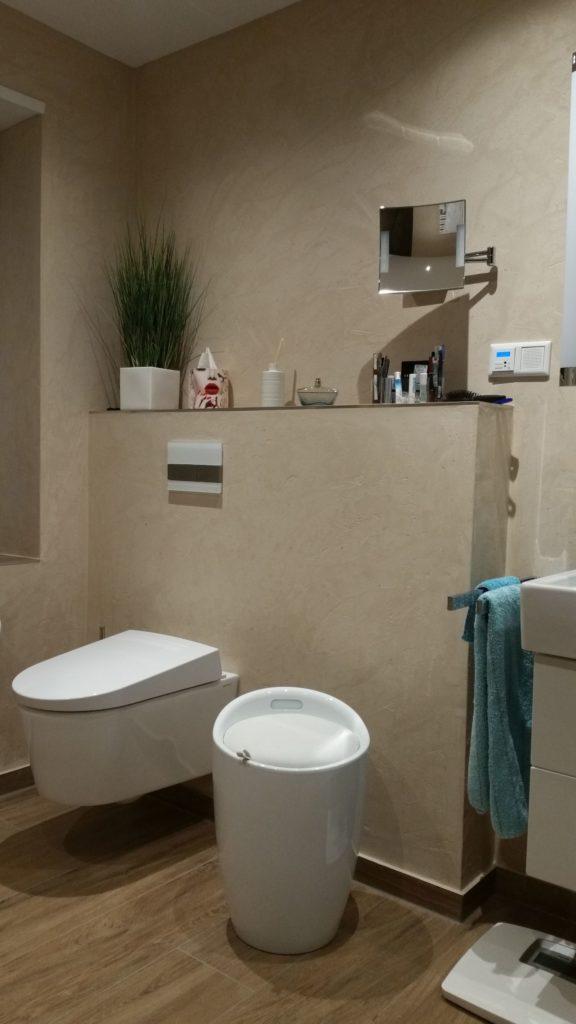 Ästethische Badrenovierung Mit Begehbarer Dusche Und Elegantem  Badezimmerspiegel