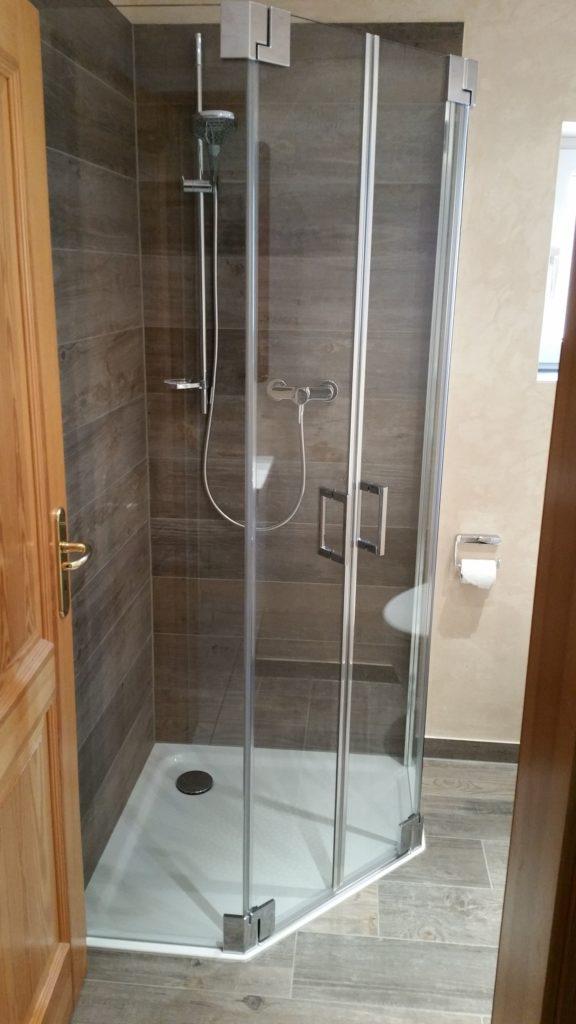 Designwaschbecken Bodengleiche Dusche Und Wc In Einem Schonen Bad