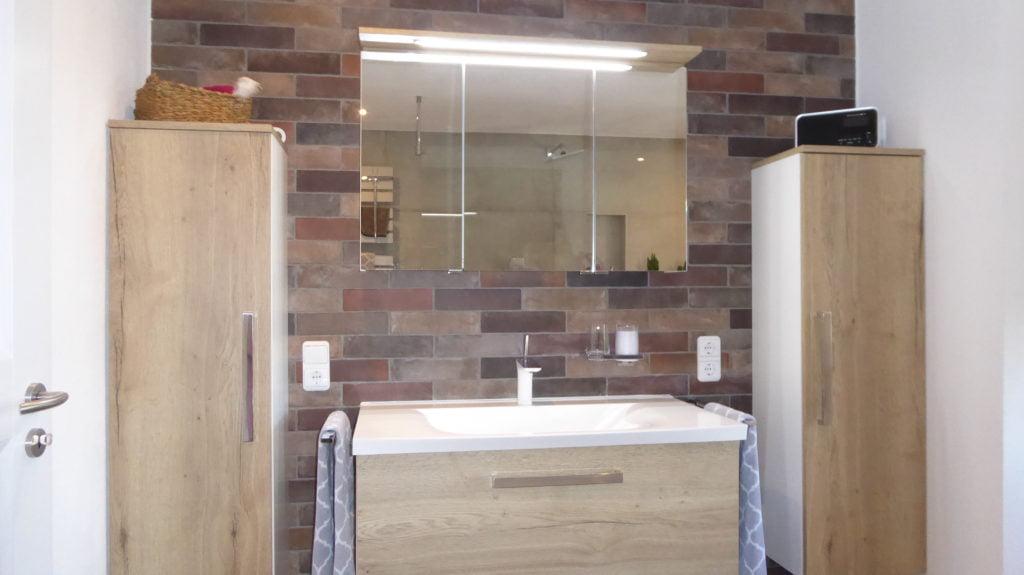 Design-Badsanierung mit belebender Dusche und freistehender ...